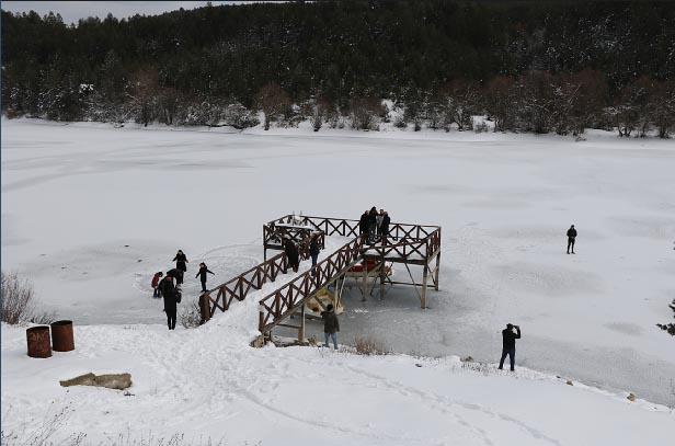 Eflani'de göletler buz pistine döndü