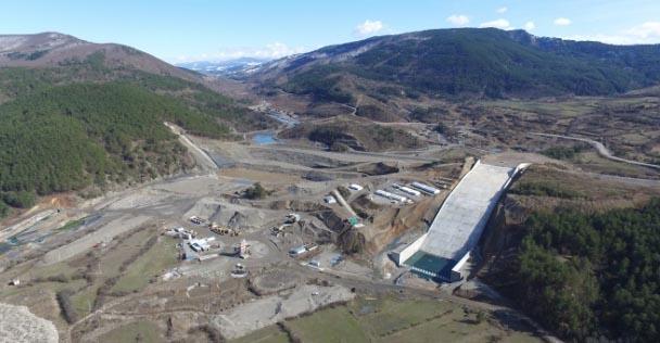 Üç şehre hizmet verecek olan barajda çalışmalar devam ediyor