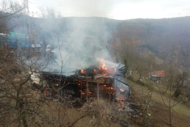 İki katlı ahşap ev yangında küle döndü