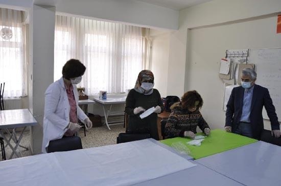 Öğretmenler maske üretiyor