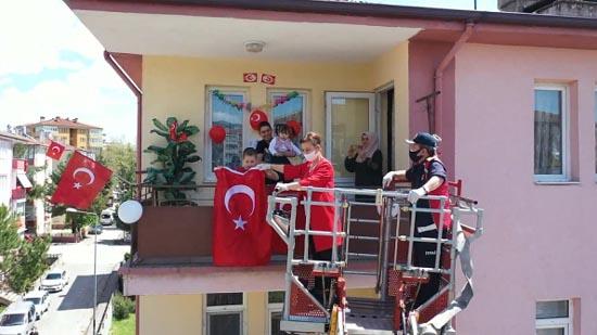 Başkan Köse, itfaiye merdiveniyle çocuklara hediye verdi