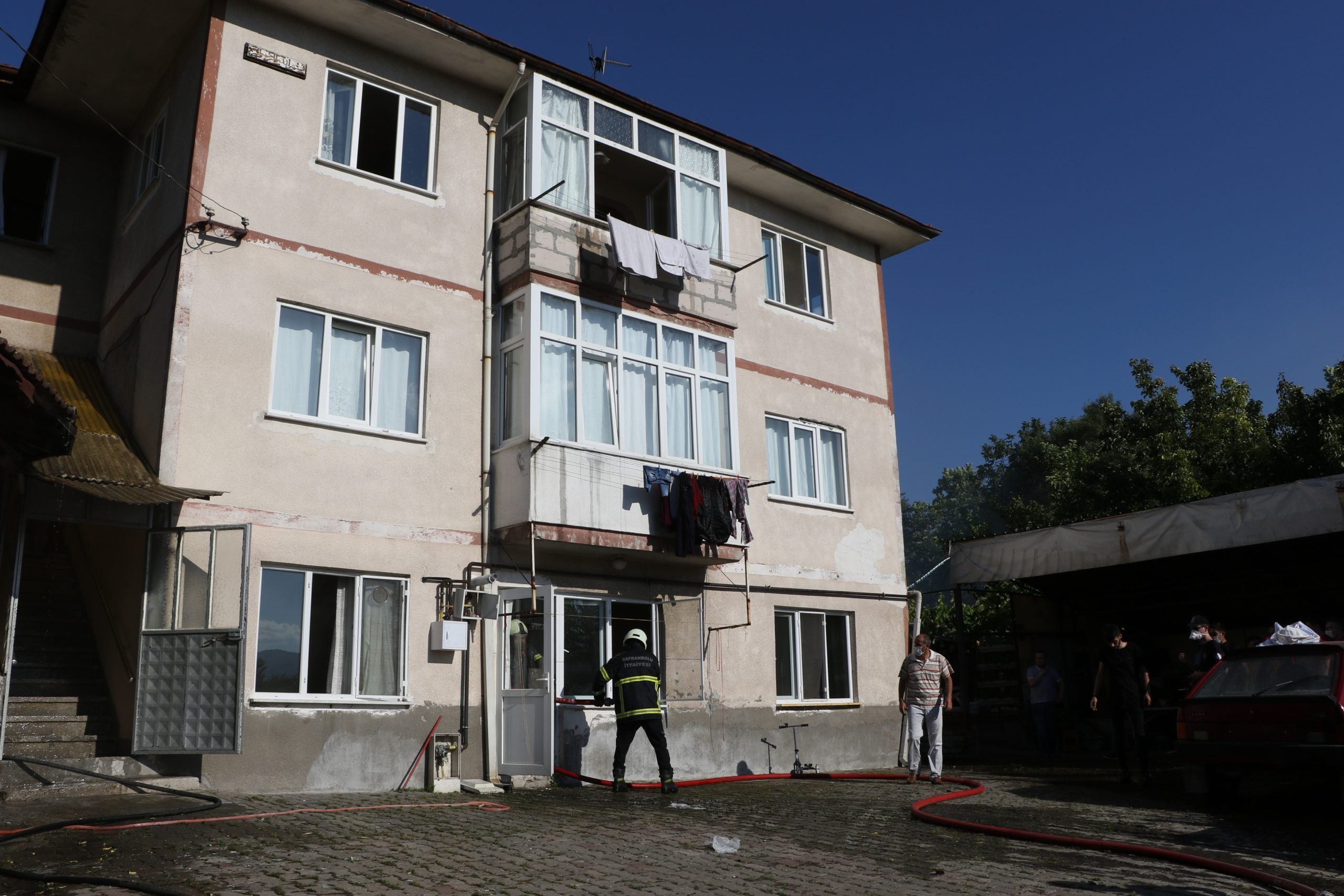 Müştemilattan 3 katlı binaya sıçrayan yangın korkuttu