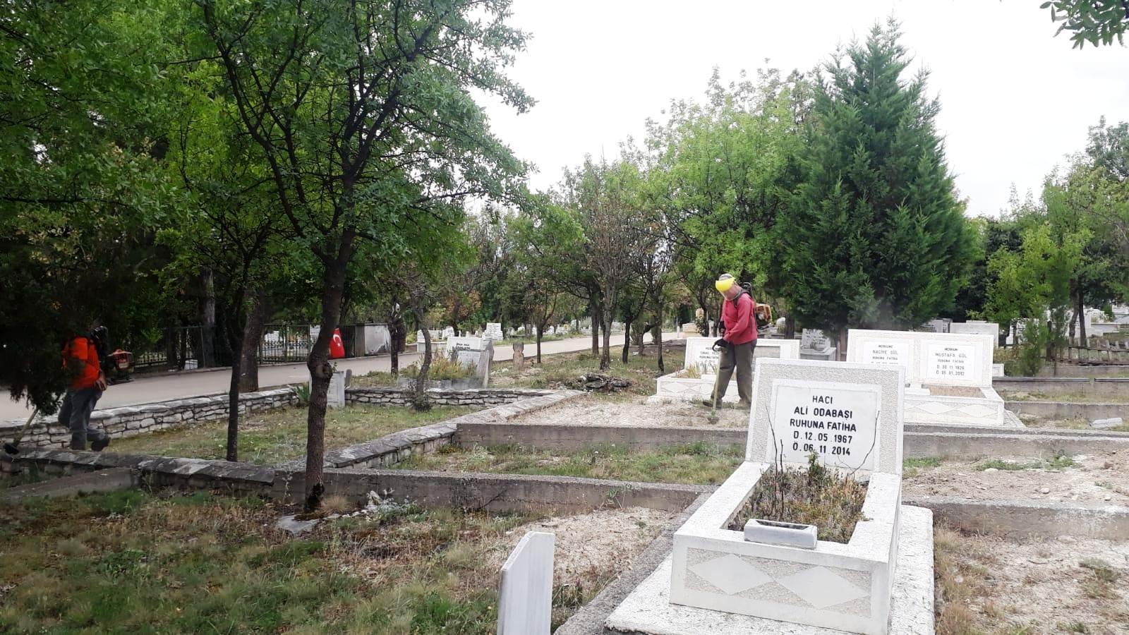 Safranbolu'da mezarlıklarda bayram hazırlığı