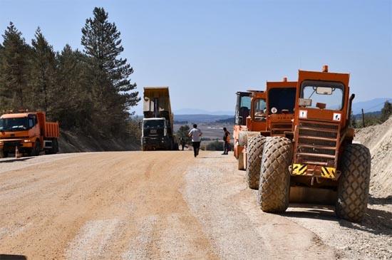 Eflani-Pınarbaşı yolunda asfalt çalışmaları sürüyor