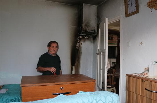 Tutuşan halıları dışarı atarak evini yanmaktan kurtardı