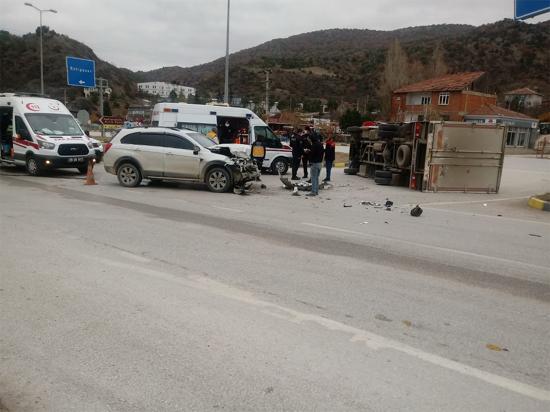 Eskipazar'da Cip ile kamyonet çarpıştı: 2 yaralı