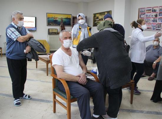 Huzurevindeki yaşlılara Covid-19 aşısı yapılmaya başlandı