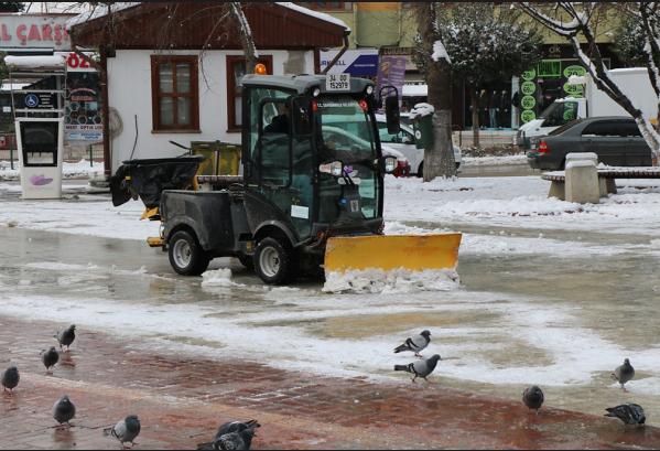 Safranbolu Belediyesi buzlanmalara karşı çalışmalarını sürdürüyor