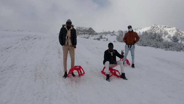 İlk defa kayak merkezine giden Afrikalı öğrenciler karın keyfini yaşadı