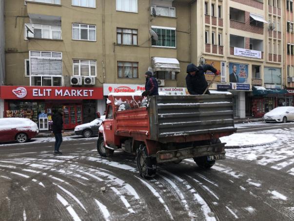 Yenice Belediyesinden kar küreme ve tuzlama çalışması
