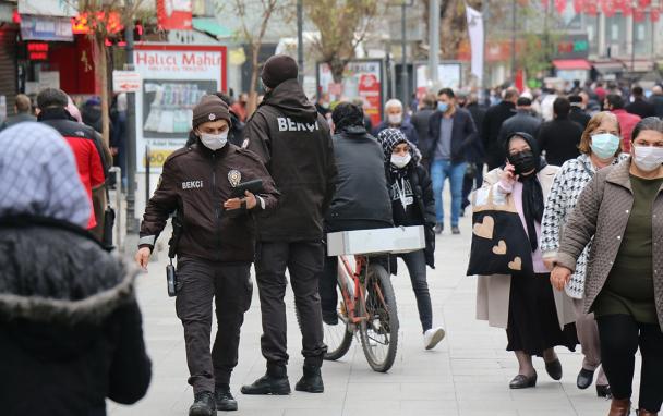 Kısıtlama kalktı vatandaşlar sokağa akın etti