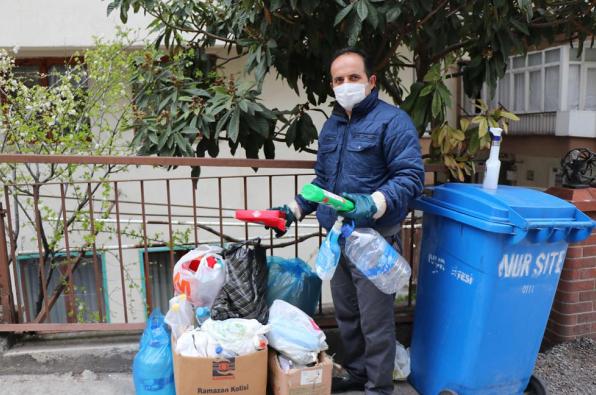 Atık malzemeler toprağa karışmasın diye çöpleri ayırarak topluyor