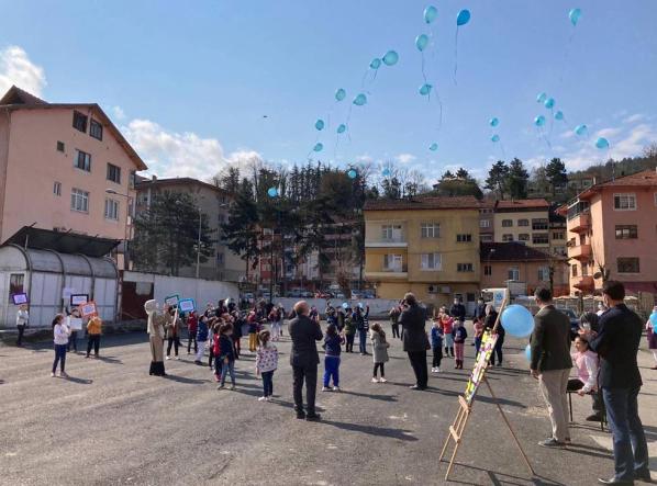 Otizmli çocuklar mavi balonları gökyüzü ile buluşturdu